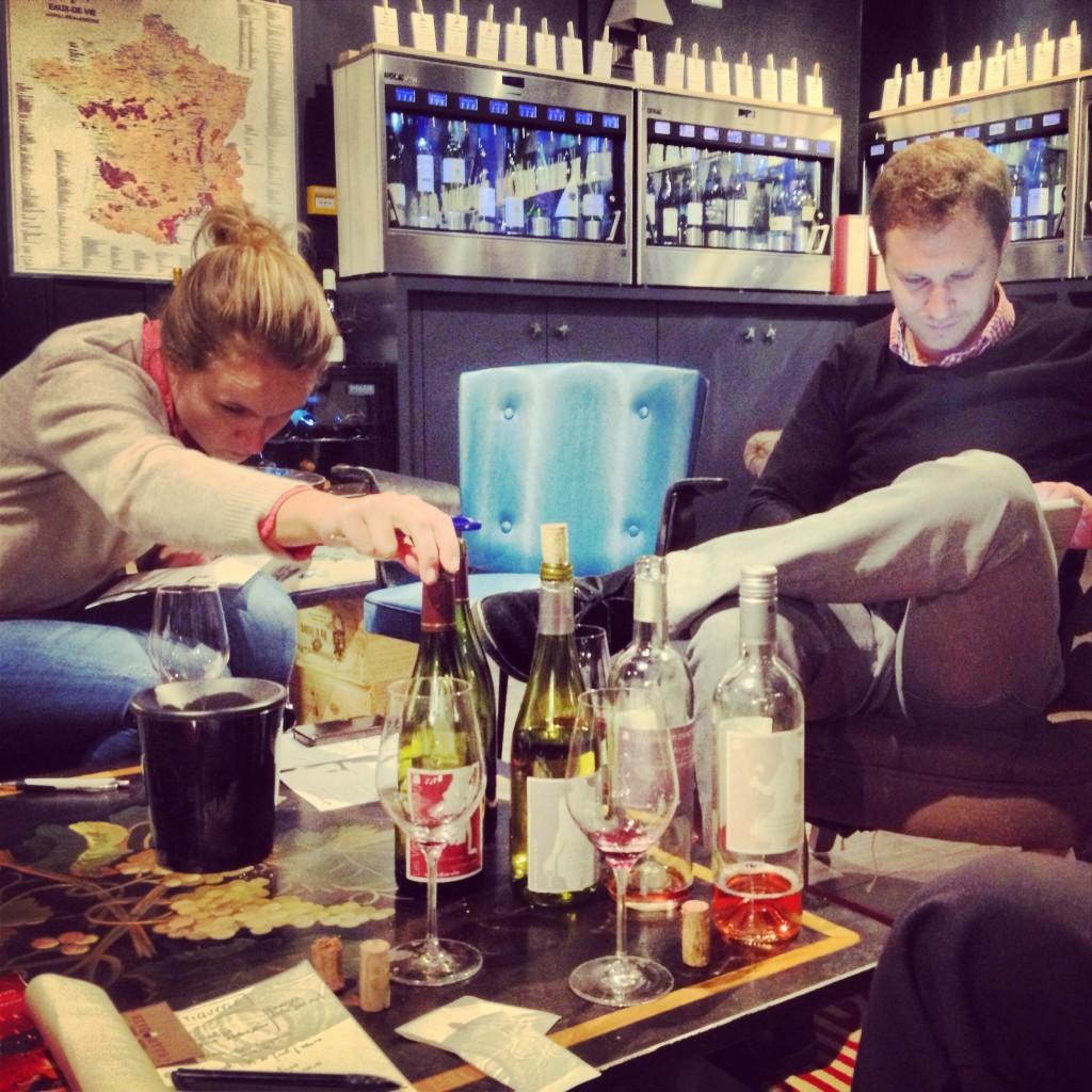 Le fameux bar à Vin Etiquettes, Julien et Eugénie en pleine dégustation craquent pour le Fleurie.