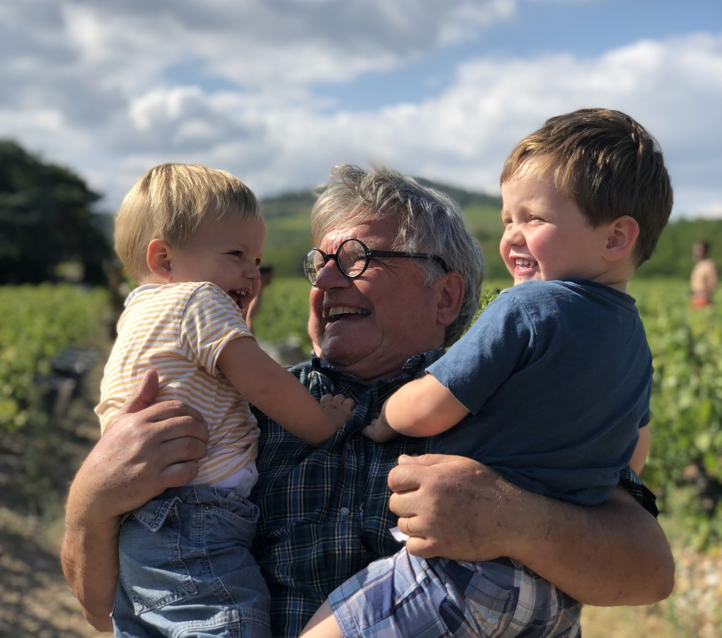 Gilles, mon père, vigneron avec mes deux enfants.